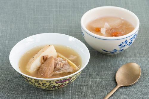 薬膳・漢方インストラクターの勉強も積んだ、外処さんおすすめの料理2種。薬膳スープ(左)を景徳鎮の器に、デザートスープ(右)を香港・九龍島の倉庫街奥の食器屋で買った器に取り分け、スッカラで。