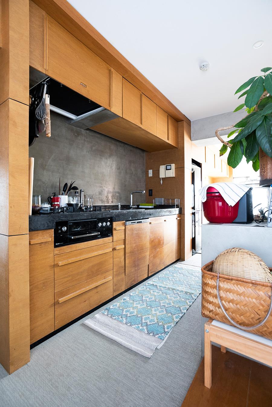 2列式で作業がしやすいキッチン。木の面材で造作。
