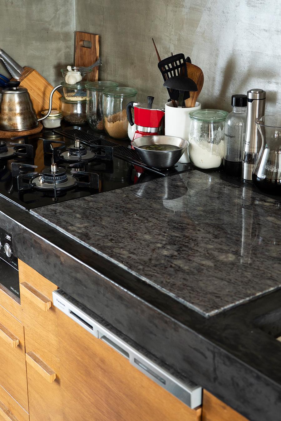 大理石を敷いた作業台。この上でパンをこねたりすることができて、便利だそう。