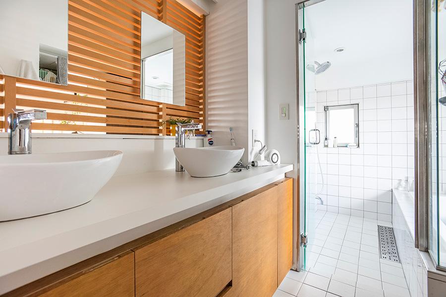 光と風が抜ける明るい洗面・バスルーム。こちら側のルーバーは木目に。