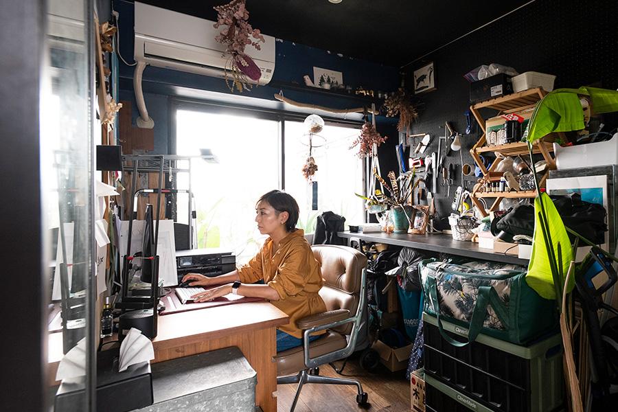 DIYグッズやキャンプ用品などが溢れる仕事部屋。ここもバルコニーに面していて光が差し込む。