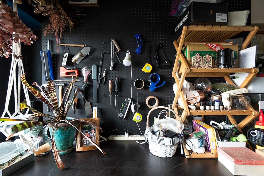 有孔ボードは黒く塗装。夫がここでプランター作りなどを楽しむ。