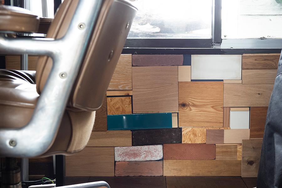 会社のサンプルの木材をパッチワークのように組み合わせて。