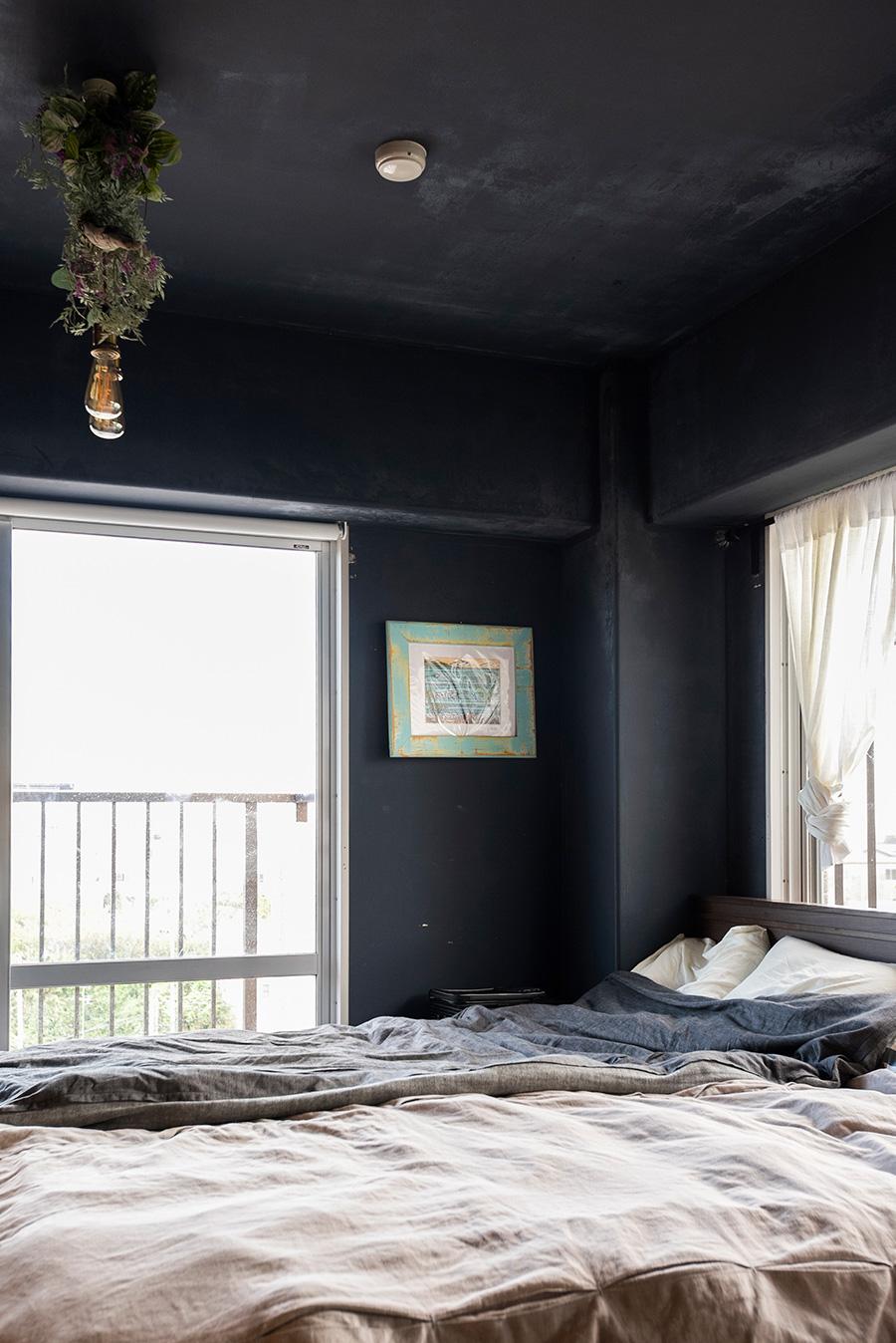 入居前に夫が通って塗り上げたという壁は、ムラ感がいい感じ。塗料も色々な種類を試しているそう。