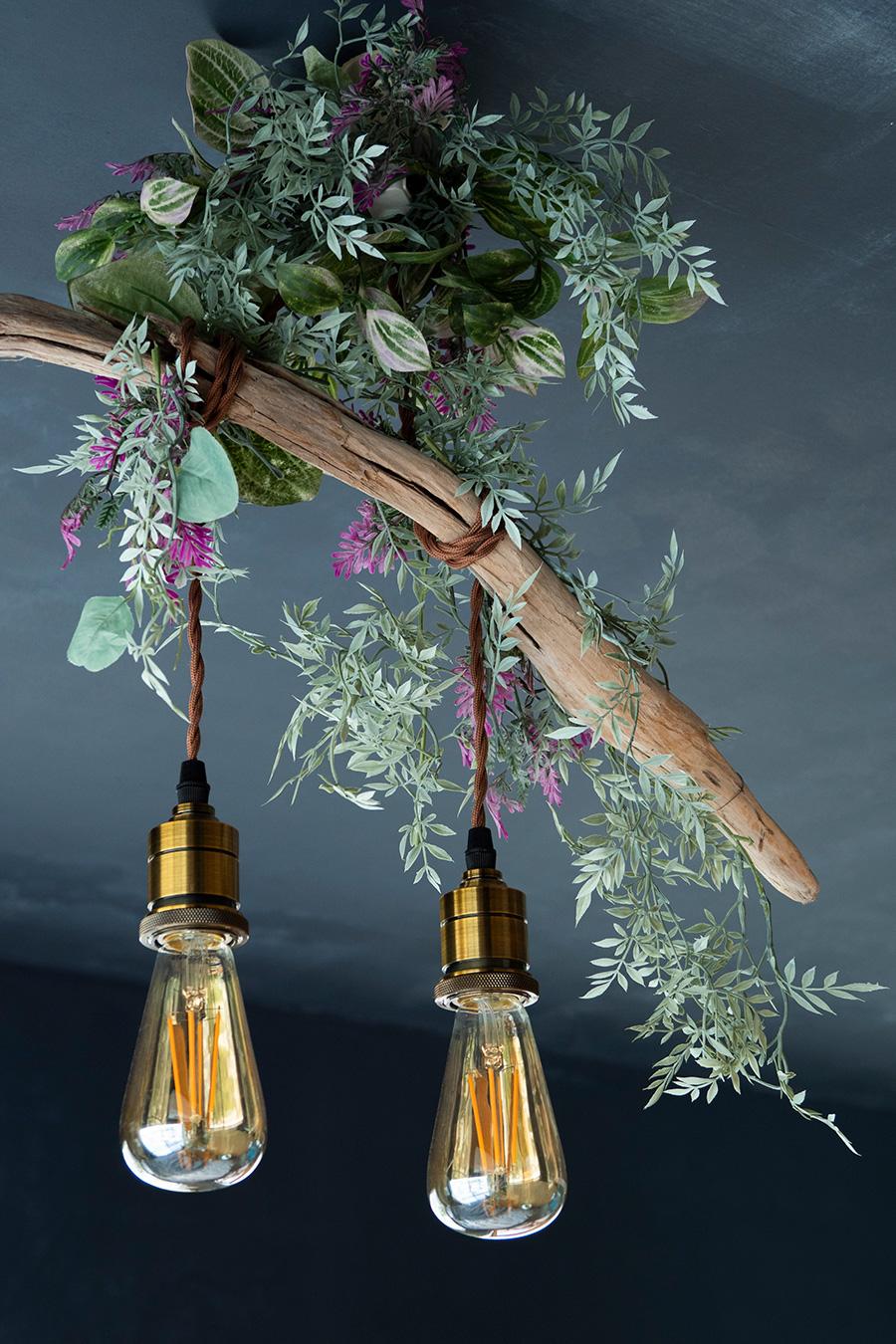 拾ってきた流木を使って、天井さんが作った照明。グリーンと真鍮メッキの組み合わせが素敵。