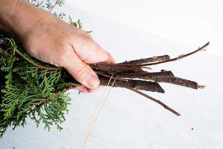 束ねていく。まずは枝の1本に輪ゴムをかける。