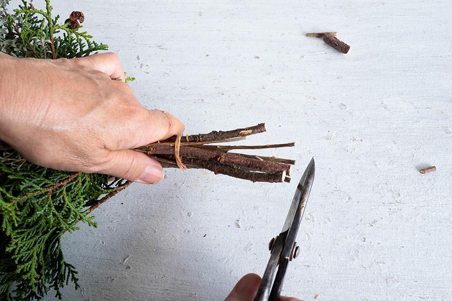 枝の下の方をハサミでカット。大体同じ長さになるようにカットする。