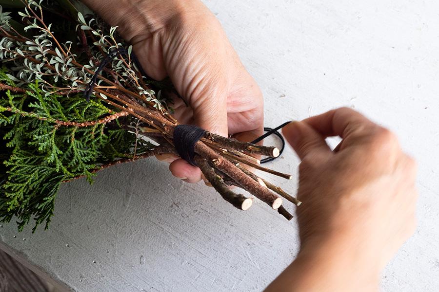輪ゴムを隠すように紐で巻いていく。今回はウールを使用。