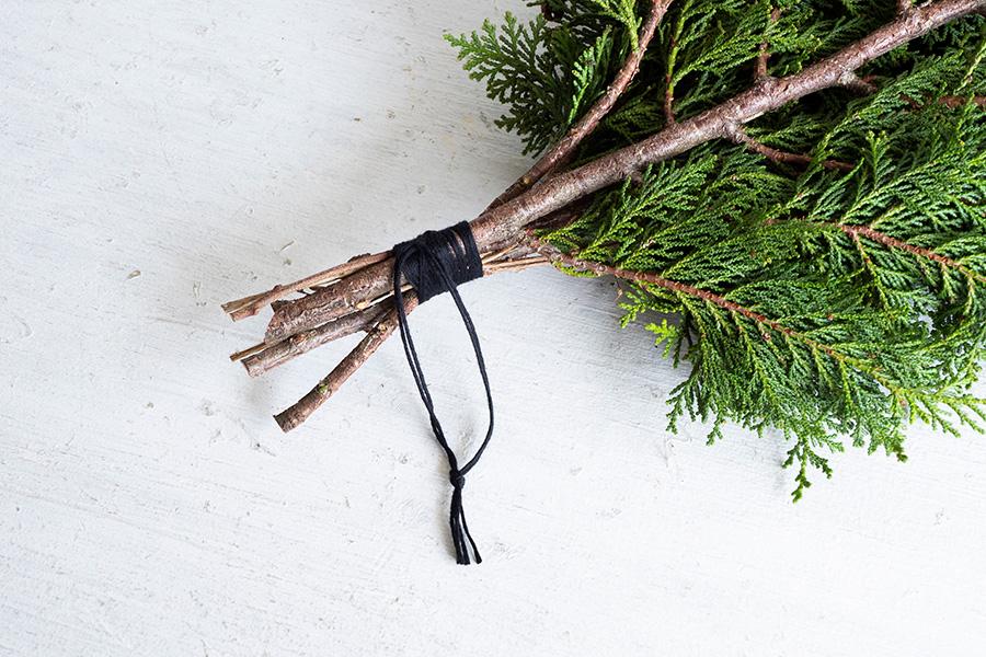 かけたい長さに紐をカットして結び目をつくる。