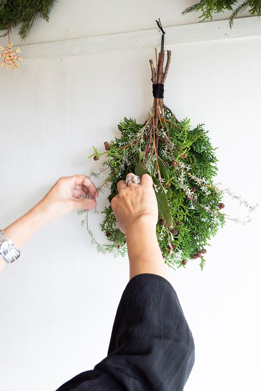 下げてみてから、ボンドやグルーガンを使って枝を付け足し、形を整えて完成。