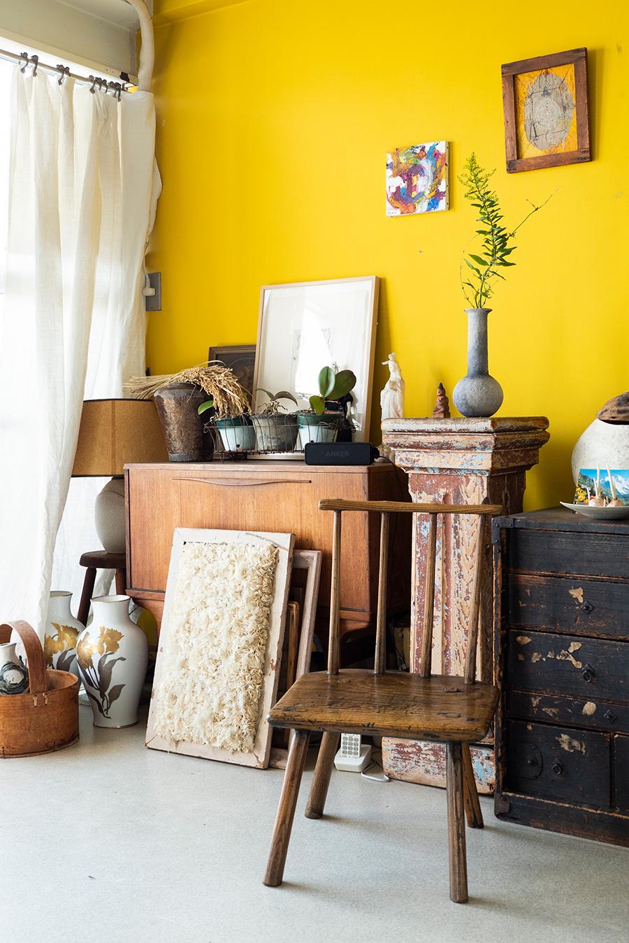 南青山の絶好のロケーションにある、築50年程のヴィンテージマンションをリノベーションした市村さんのアトリエ。アンティークの家具や雑貨など、力のあるアイテムが植物と相性よくなじむ。