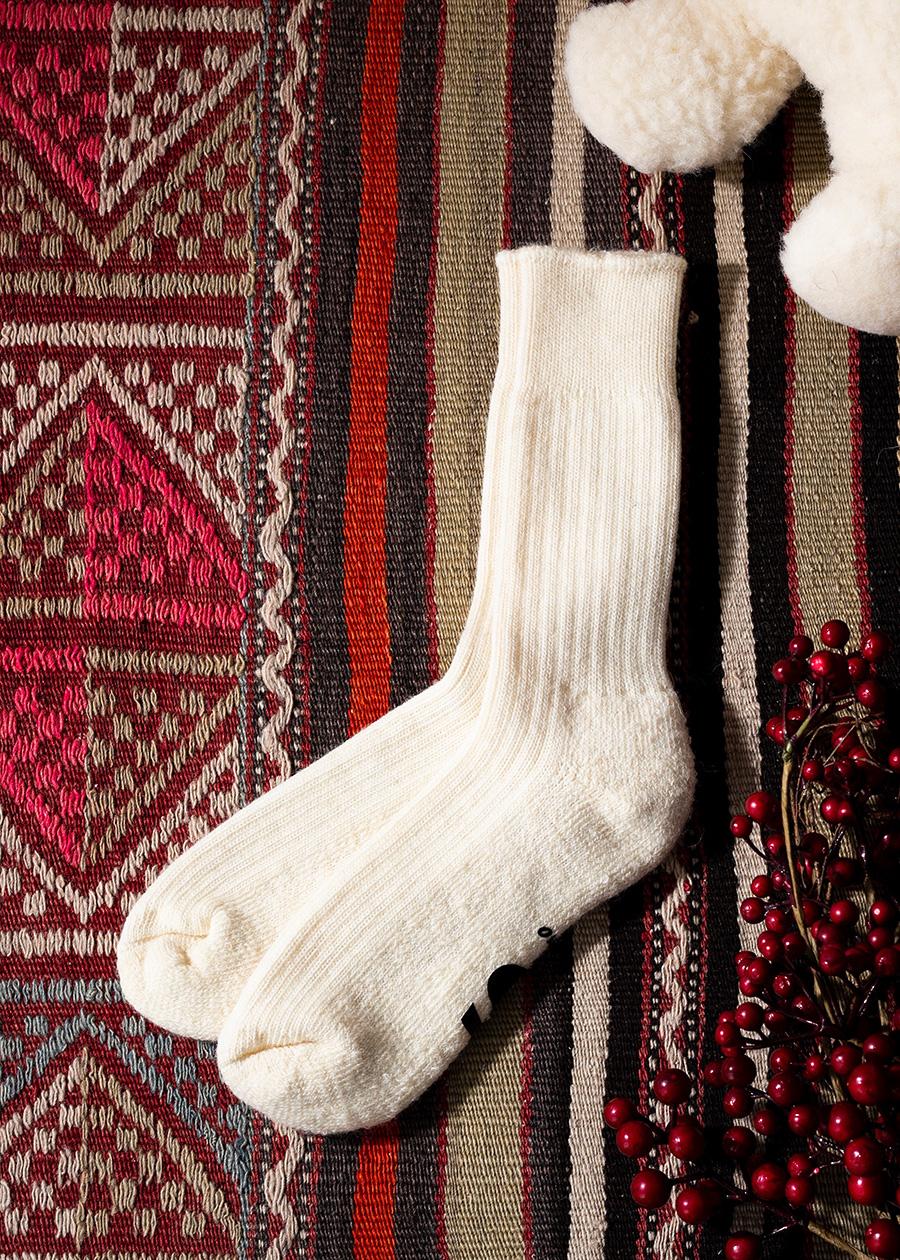 見た目にもあたたかいクリーム色のウールソックス。寒い冬の室内履きとしてもオススメ。
