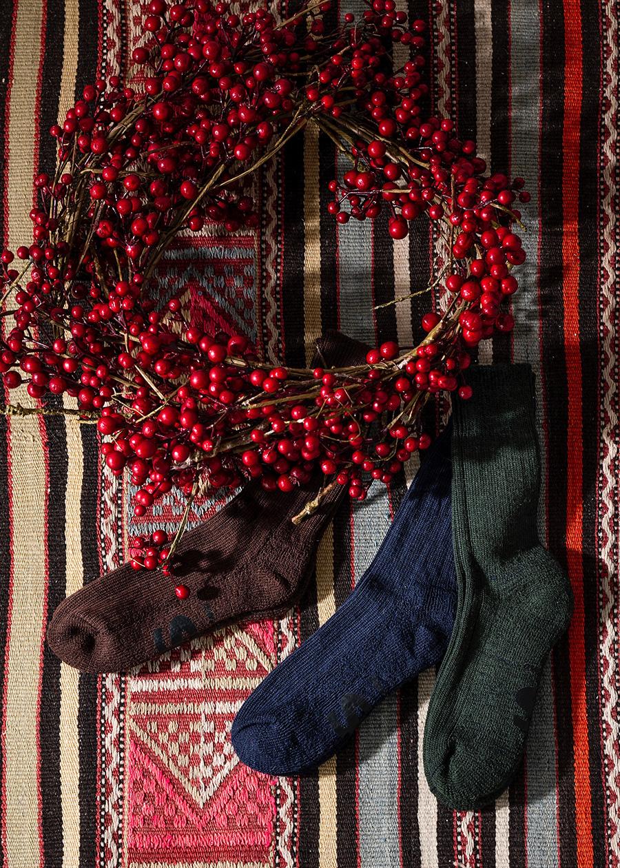 イギリスらしいトラッドな色合いに惹かれるダークカラーのソックス。冬の足元に決め手にチョイスして。