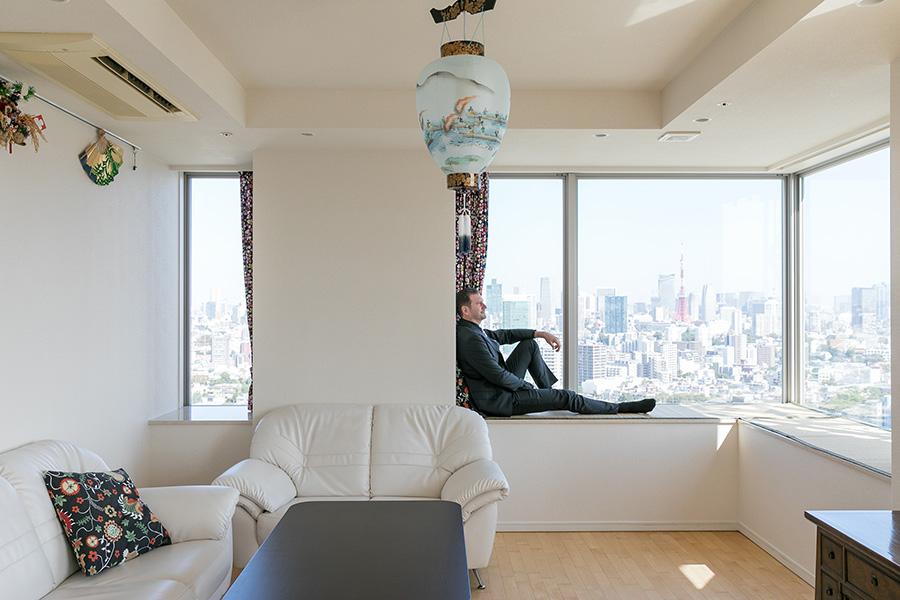 窓際の台にはオーダーメイドのゴザが敷いてあり、その上に寝転んで景色を眺めるのがお気に入りだという。