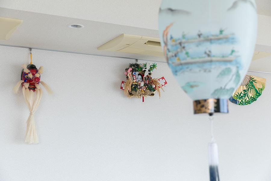 日本各地の民芸品が壁に並ぶ。岐阜県からプレゼントされたという提灯は大使自ら部品を集めて手作りの照明のランプシェードとして使用している。提灯に描かれているのは、「長良川の鵜飼」。