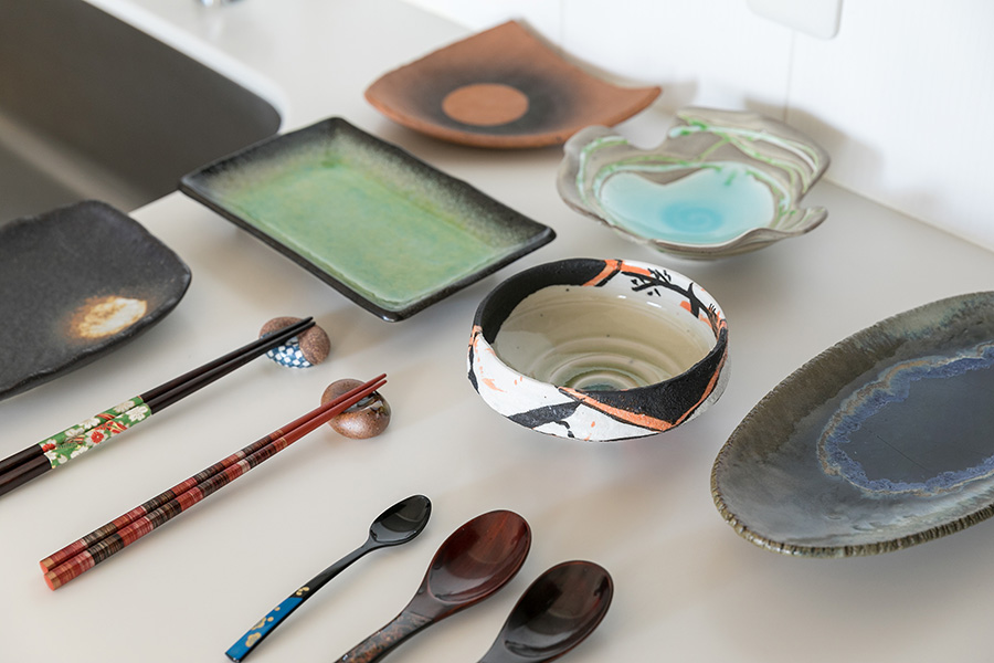 箸や匙に加え、様々な種類の焼き物皿も。