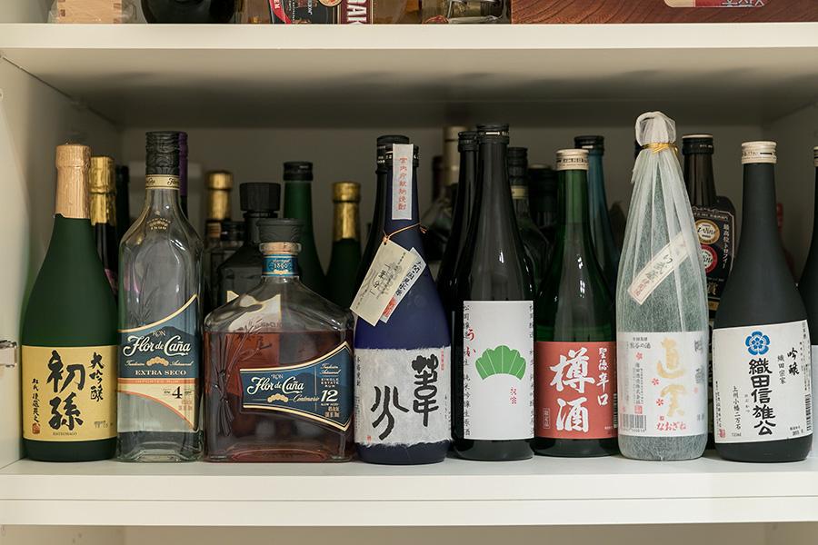 日本酒好きなコロネル大使。日本各地の地酒やニカラグア産のラム酒が棚を埋めている。