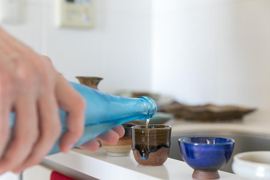 お気に入りの群馬の地酒「甘楽にひとめぼれ」を様々な形のお猪口に注ぐ。