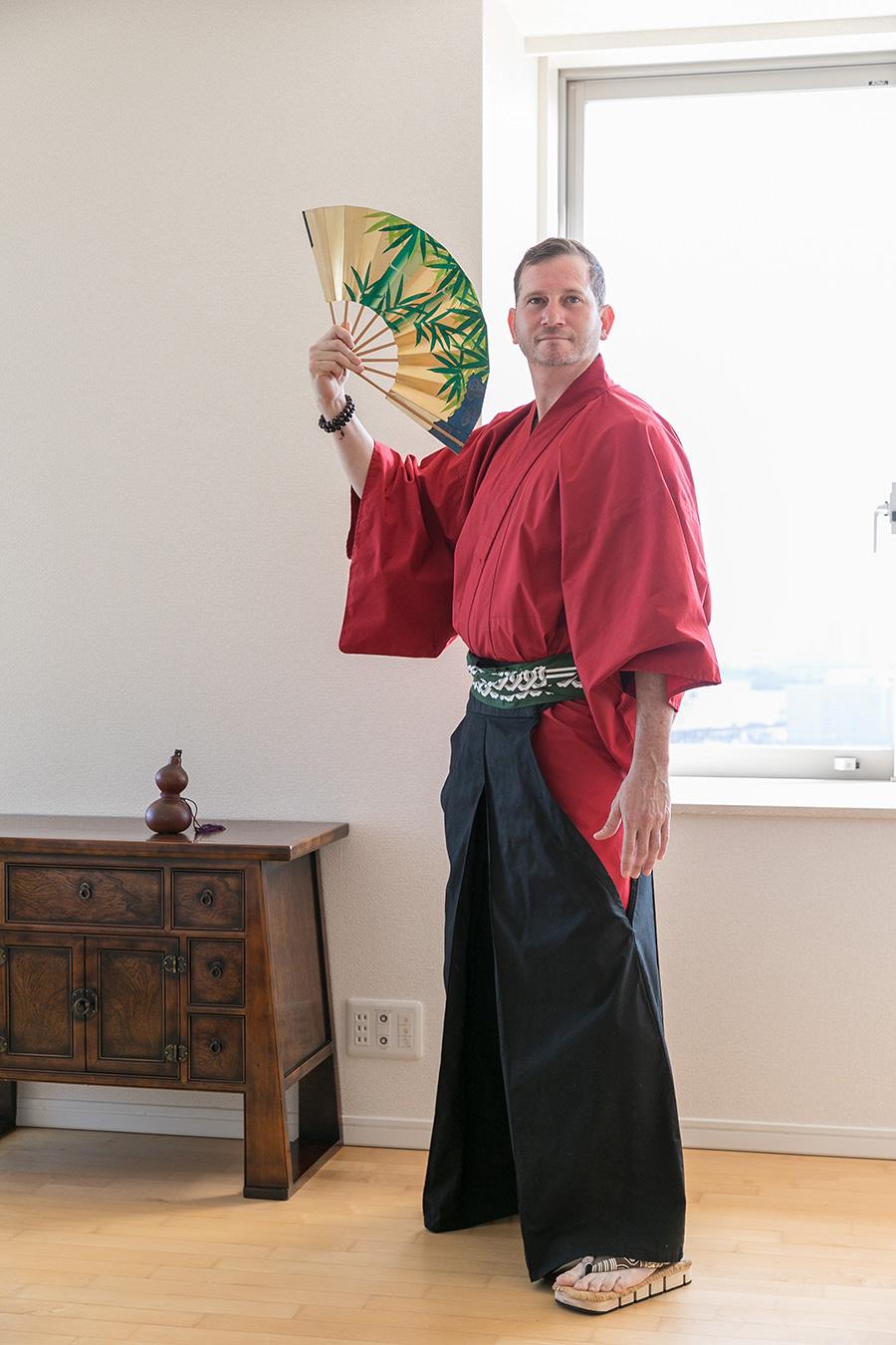 自前の袴に着替えたコロネル大使。凛とした立ち姿が美しい。