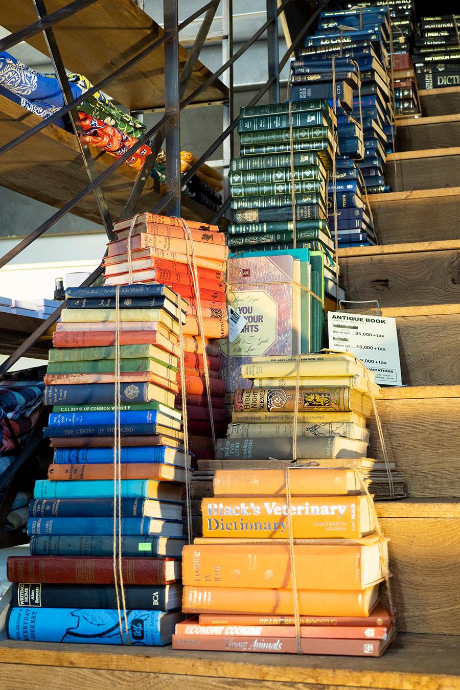 年1、2回海外で買い付けるという洋書の古本。古いものは100年程前のものから。セットでまとめての購入もでき、平積みにして高さ25cmで¥8000、50cmで15000、85cmで¥25000。