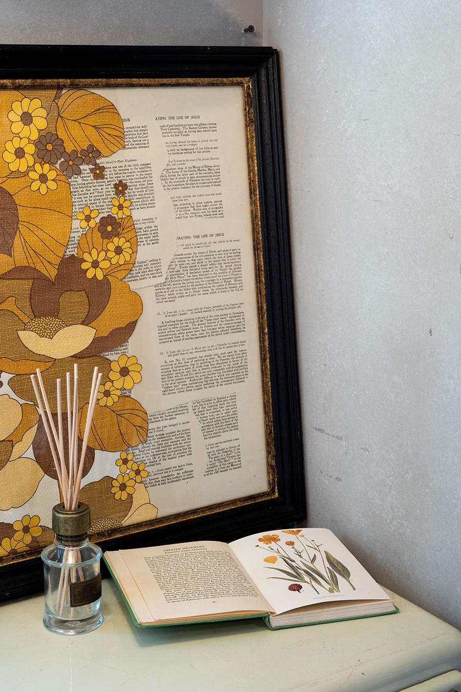 ヴィンテージの壁紙と古本のページをコラージュ。ボタニカルをテーマにディスプレイ。