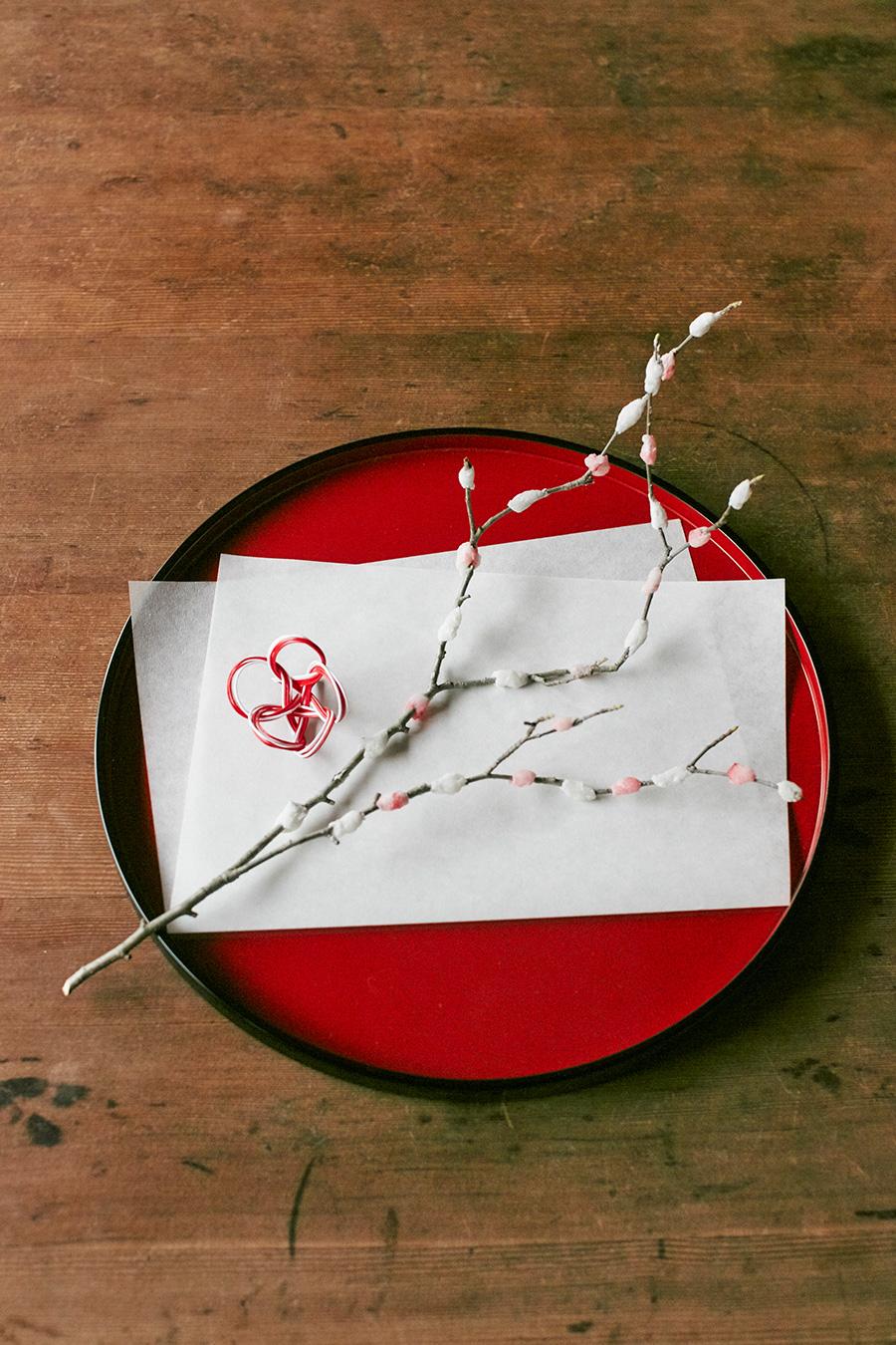 餅花を半紙の上に飾り、梅結びにした水引きを添え、お正月らしい誂に。