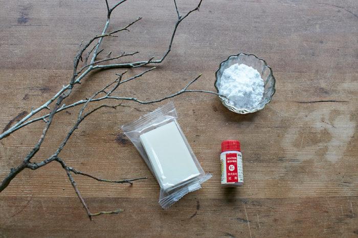 用意するもの:小枝。切餅:1〜2切。片栗粉。食紅。切餅は餅米のみで作られた、切れ目の入っていないものを。