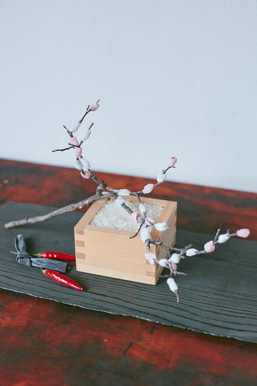 枡に米を入れて餅花と一緒に飾る。昆布と、赤い唐辛子を添えて。「唐辛子は冬の料理に重宝される食材です。魔除けの効果もあると言われています」
