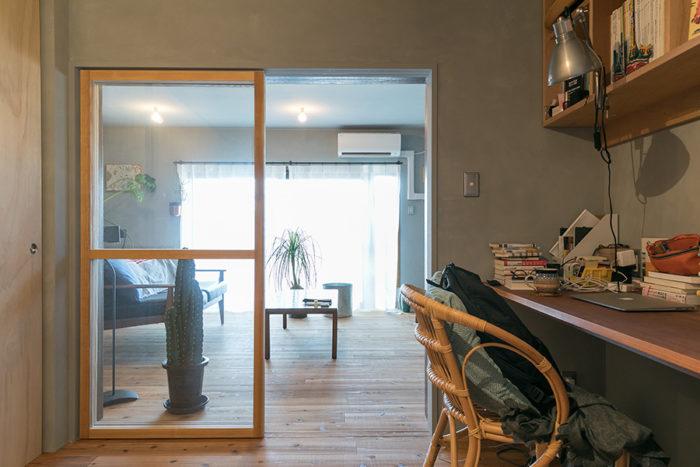 書斎は壁際に作った長いデスクを夫婦で分けて使っている。リビング側が絵里奈さんのスペース。ガラスの引き戸は『toolbox』で。