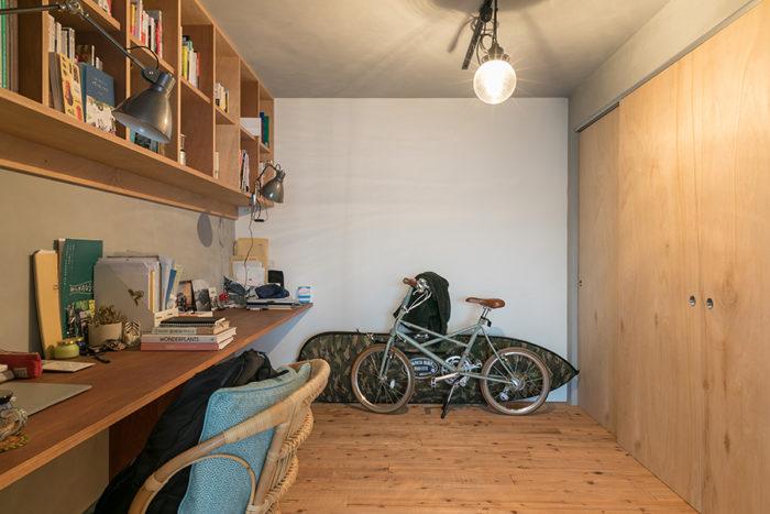 奥側が旦那さまのスペース。収納力のある本棚も設置。