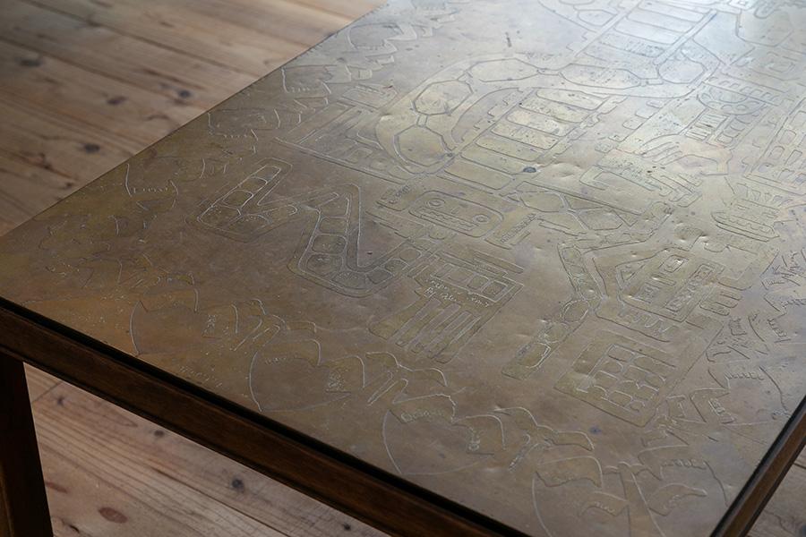 イタリアの彫刻家が手掛けた真鍮の作品を天板にしたローテーブル。