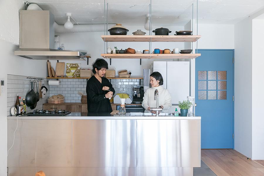 リビング入って右手にキッチン。キッチンは陽子さんが憧れていたというオールステンレス製。