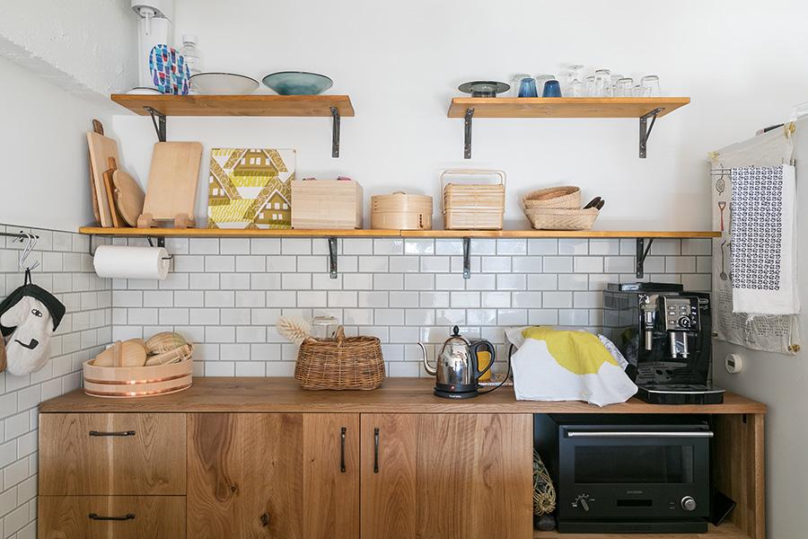 理さんがつくった食器棚はぴったりと、まるで造り付けの家具のようにおさまっている。