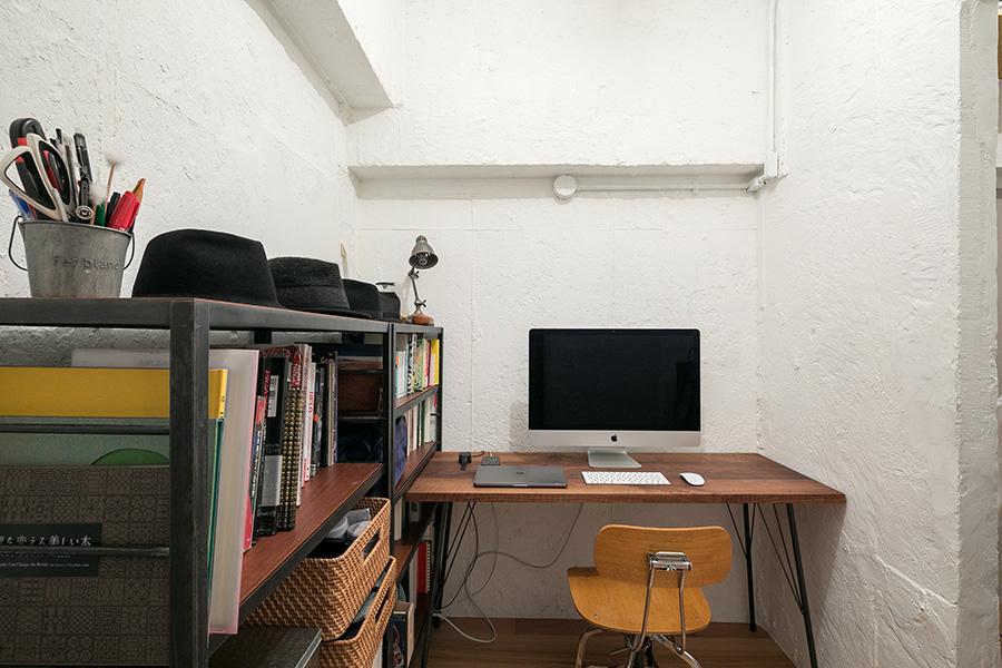 書斎の壁面は、理さんがコンクリートをのみで綺麗にして仕上げた。