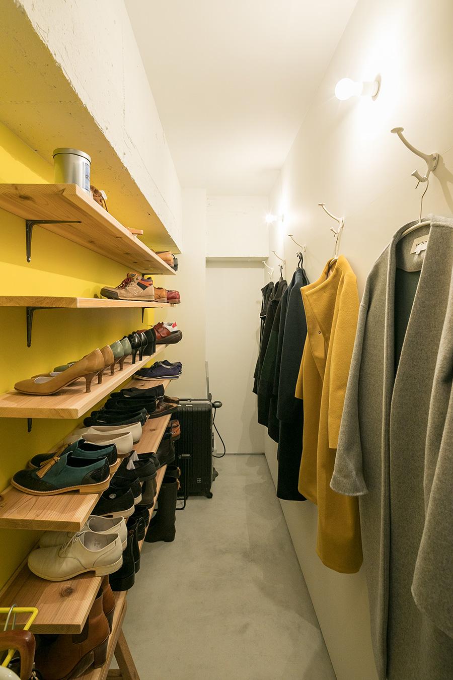 靴棚も理さんお手製。明るい黄色の壁面塗装も自分たちで。