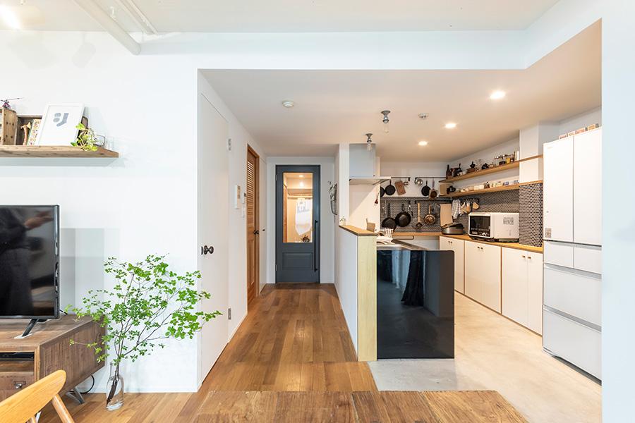 すっきりとした空間の中で、キッチンとブルーグレーの扉がアクセントに。