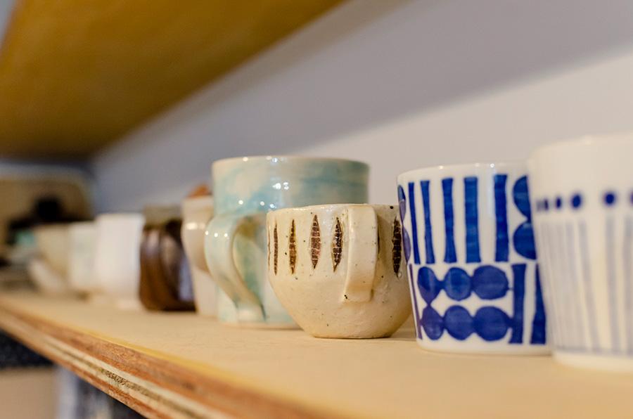 益子の作家ものなど、お気に入りの味わいのある器を飾りつつ日常使いに。