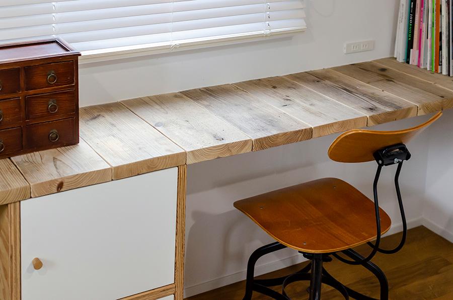 古材で造作した仕事机。縦に張ることにこだわった。