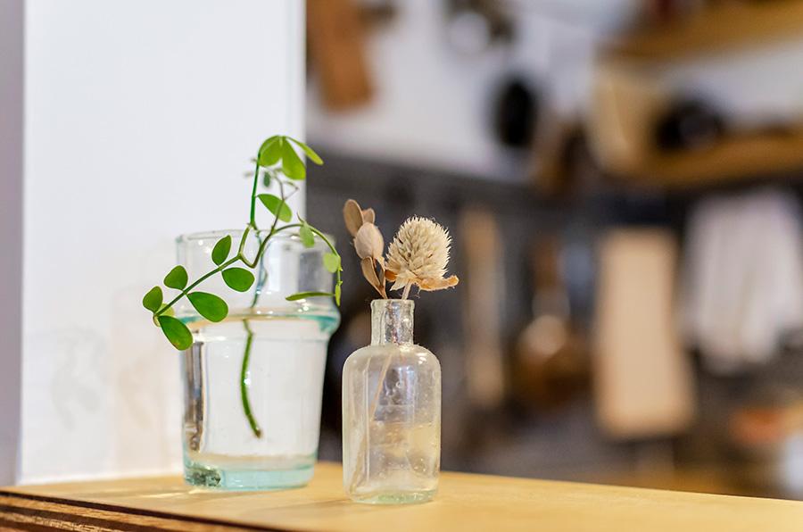 アンティークの小瓶も蚤の市で。小さなグリーンをアレンジ。