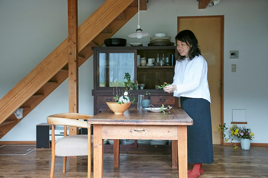 挿花家の雨宮ゆかさんのお宅は、季節の移ろいを日々感じられる自然豊かな神奈川の丘陵地にある。
