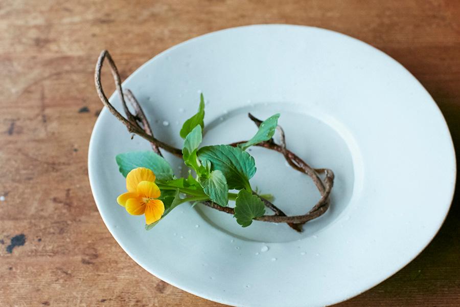 アケビの花留めに、ビオラを挿す。最後に、ニンドウ(スイカズラ)を匍わせる。