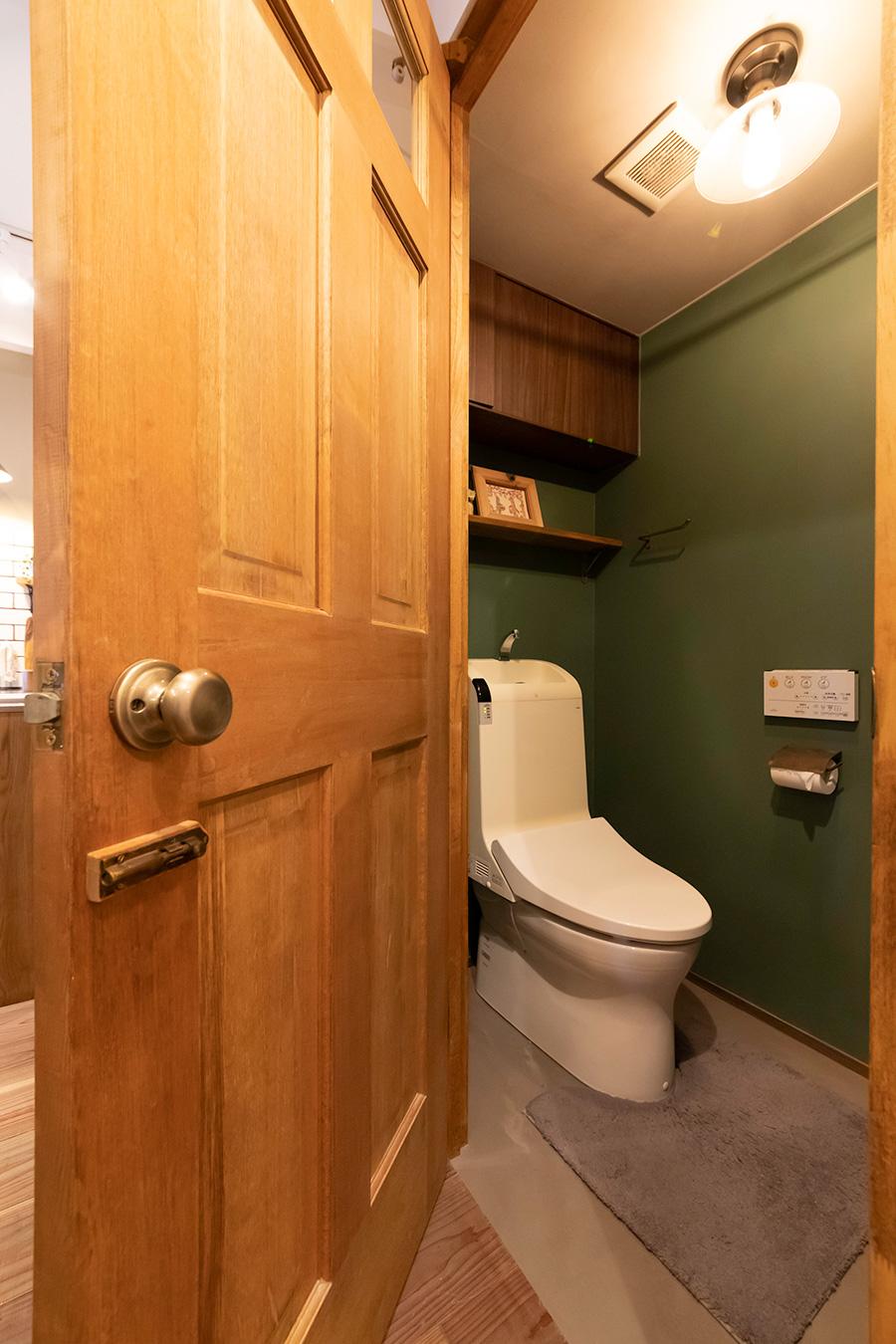 トイレの壁は深いブリティッシュグリーンに。