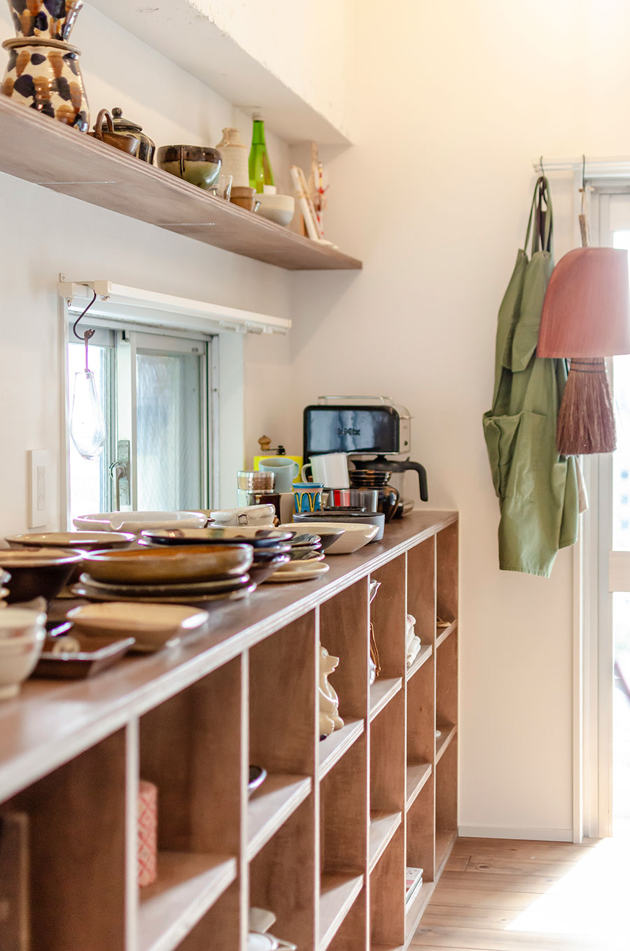 集めた食器を見せながら収納できる棚。