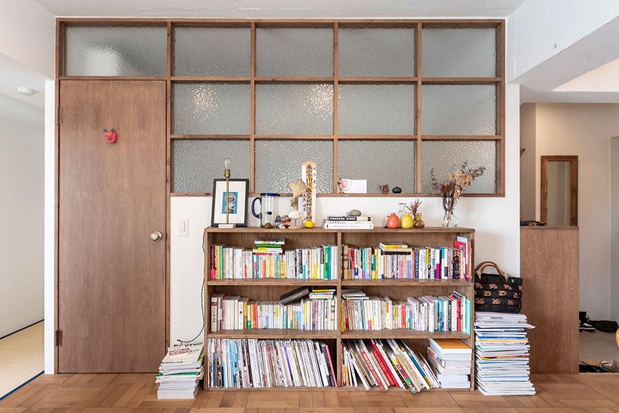 寝室前の本棚は「仁平古家具店」で購入。