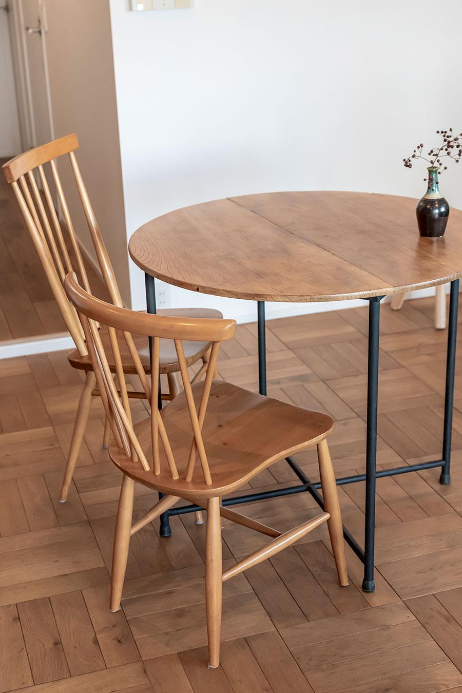 ちゃぶ台の天板を再利用した丸テーブル。