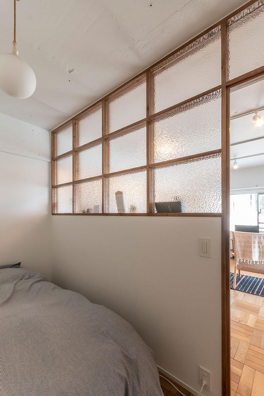 寝室はベットと照明のみでシンプルに。
