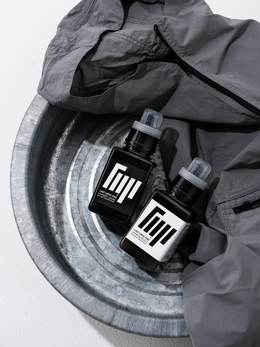 左からアウトドアギア用洗剤 無香料 400ml ¥3,000 アウトドアギア用撥水剤 無香料 400ml ¥3,500