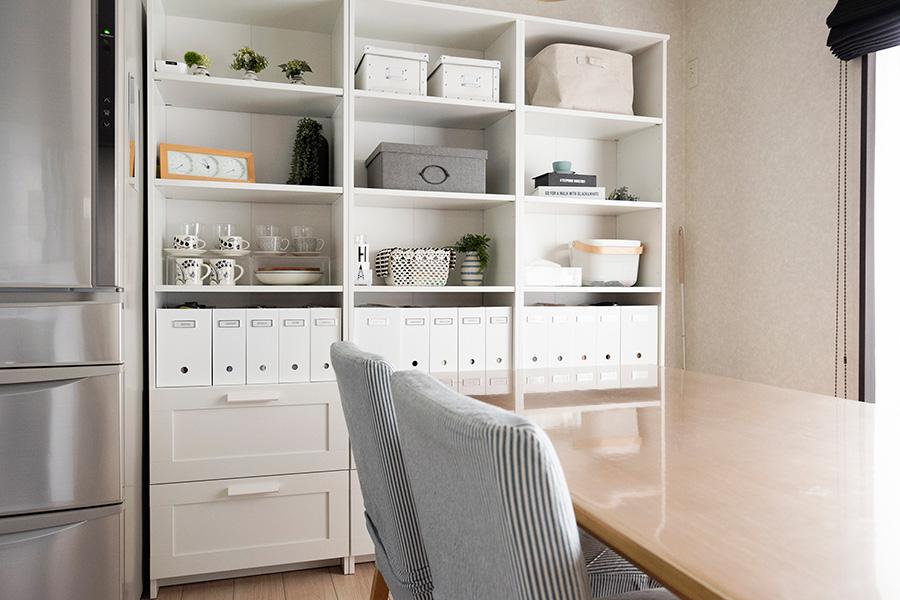 IKEAの棚を3つ並べて、ダイニングまわりで必要なものを収納。ディスプレイは奇数を心がけている。
