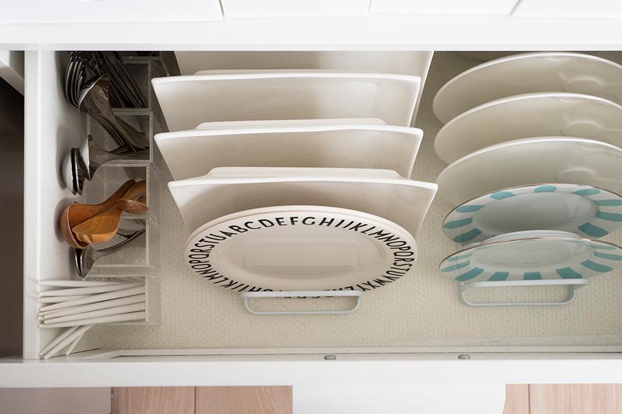 お皿は立てて収納することで取り出しやすく。カトラリーも無印良品のペンスタンドに立てて高さを活用。