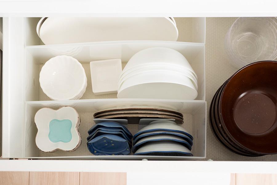 引出しの中はクリアボックスを活用。ごちゃつきがちな豆皿などもきれいに収納できる。